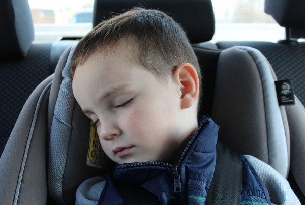 Llevar a los niños bien protegidos en el coche